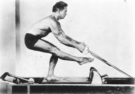 Joseph Pilates trener på reformeren